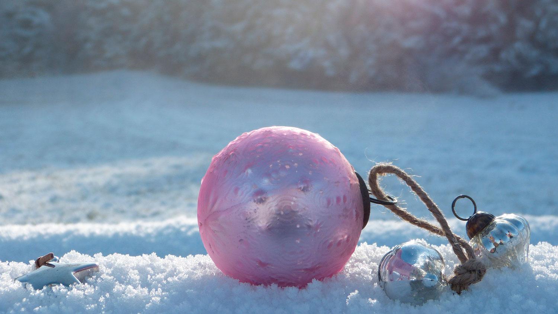 Juldekoration i snö